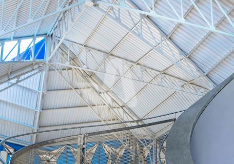 Alderon aplikasi proyek pada atap galeri seni